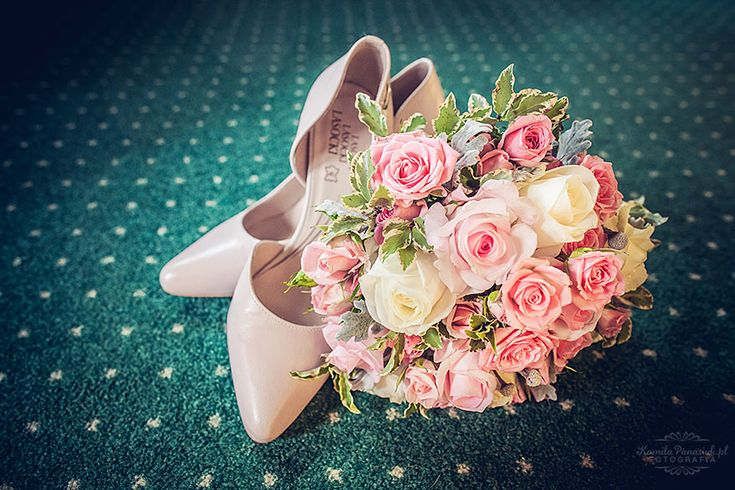 Ślubne buty z kwiatami / Wedding shoes with flowers on green carpet | Kamila Panasiuk Fotografia