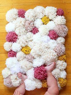 足元が肌寒くなってくる季節にピッタリのラグを簡単DIY♡用意する物は「毛糸」と「滑り止め」の2つ。ふわふわのポンポンを並べてとっても可愛いオリジナルラグを作りましょう!
