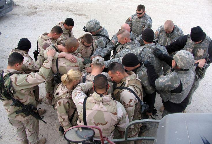 US soldiers praying
