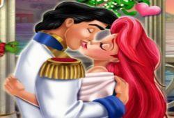 Ariel, la Sirenita tiene una cita con su amado e intentará besarse, pero la Bruja del Mar hará todo lo posible para que estos no lleguen a besarse. Conquista el corazón del príncipe con besos románticos de la Sirenita sin que nadie moleste. Ariel está en la superficie con su amado y no quiere olvidar este momento tan bonito. ¡Ayuda a conseguir su sueño!.