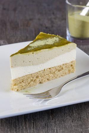3 heerlijk zachte lagen in deze groene thee Matcha mousse taart. Recept voor 8 personen, klaar in meer dan een uur + wachttijd.  Recept onder de knop 'Bron'.