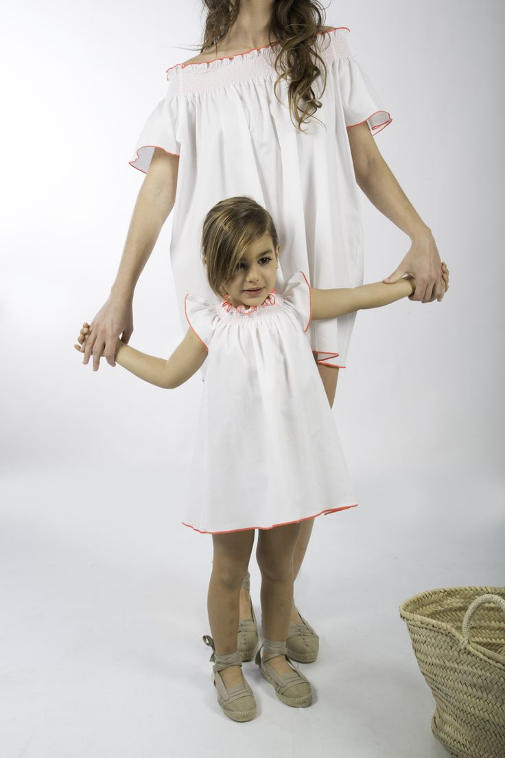 Love Adrienne//Primavera-Verano 17// Spring-Summer 17. Colección #minime. Vestido igual para mujer, niña y bebé, confeccionado en tejido blanco moteado en amarillo y rosa flúor, con cuello fruncido y ribeteado en rosa flúor.