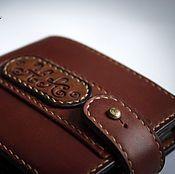 Купить или заказать Кошелек мужской кожаный 'Гранд' в интернет-магазине на Ярмарке Мастеров. Кошелек мужской кожаный из кожи коричневого цвета с ручной тонировкой с лёгким винтажным эффектом, в кошельке можно разместить от 4-5 до 6-7 кармашков для пластиковых карт, объёмный карман для мелочи и просторное отделение для купюр. Этот кожаный мужской кошелёк - полностью на 100% ручная работа от раскроя до тонирования кожи, прошивки (ручная прошивка седельным швом - в две иглы, вощёной нить...