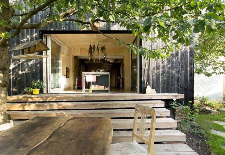 Non lo si direbbe, ma l'abitazione (e ufficio) della coppia di progettisti di A1 Architects è posta in un quartiere periferico di Praga. La cucina abitabile è separata dalla spaziosa veranda in legno da una vetrata scorrevole, «che da Maggio a Settembre resta sempre aperta sul verde»