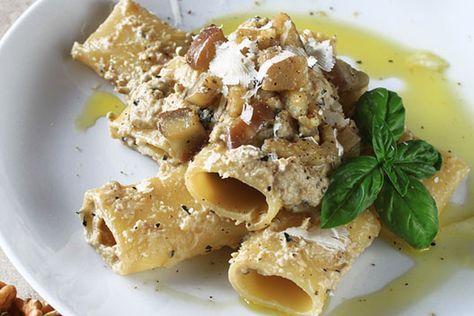 La pasta radicchio e noci è un tipico piatto invernale, oltre ad essere deliziosa e colorata, è anche facile e veloce da preparare. Vediamo come farla!