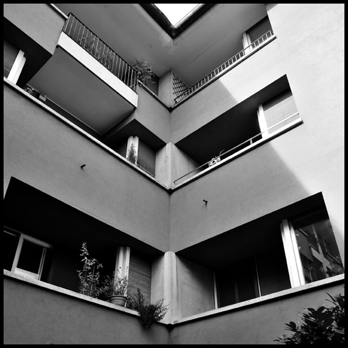 foto 2009;   architetto: Vico Magistretti; Edificio polifunzionale Piazza San Marco 1; anno 1969-71