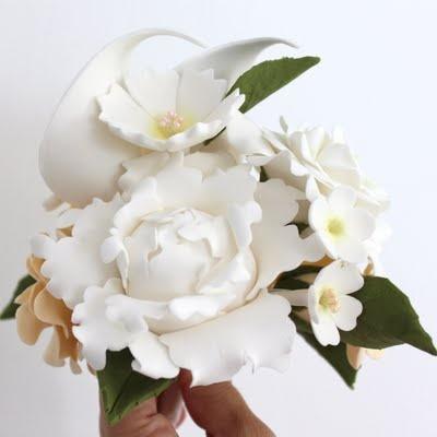 Bouquet con capullo de peonía, rosa, cala hojas y florecillas