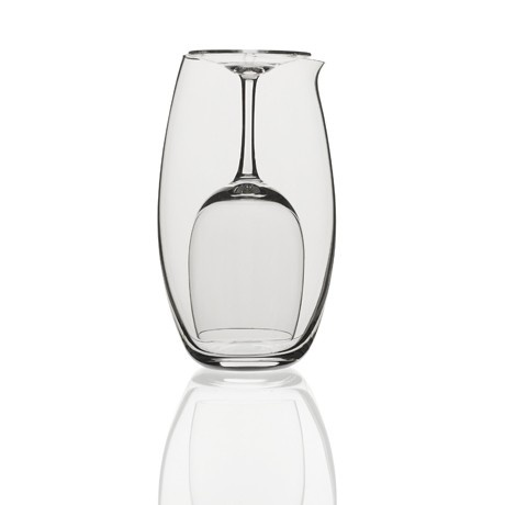 Un'accoppiata calice-caraffa da mezzo litro per l'uso personale. Il bicchiere capovolto si inserisce dentro la caraffa in un rapporto simbiotico e funzionale. Un modo nuovo di presentare il vino ai vostri ospiti a tavola. Set brocca e calice in puro cristallo prodotto da Colle Vilca, da oggi su http://lovli.it/index.php/set-brocca-e-bicchieri-l-introverso.html#