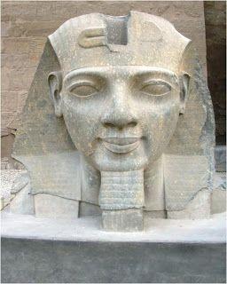 """Escultura del rostro del faraón RAMSES II """"El Grande"""" en el interior del templo dedicado al dios Amón Ra en Luxor la antigua Tebas."""