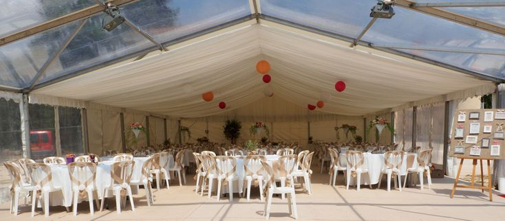Décoration des tables sous chapiteau - Fleuriste mariage de J&Y