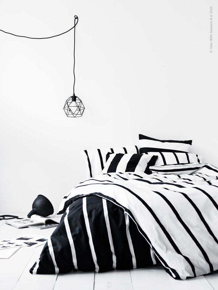 Låt sovrummet landa i ränder med TUVBRÄCKA påslakan, design Inez Svensson, mästare på skandinavisk enkelhet. Tittar man närmre ser man att ränderna inte är helt raka utan levande ritade för hand, lek också med med den optiska effekten av, på ena sidan svarta, och andra sidan vita ränder! BRUNSTA taklampskärm.