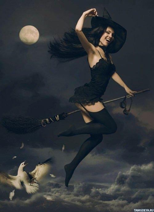 Картинка 500x688 Молодая стройная ведьма на фоне луны летит на метле | Тэги: Ведьмы | Луна