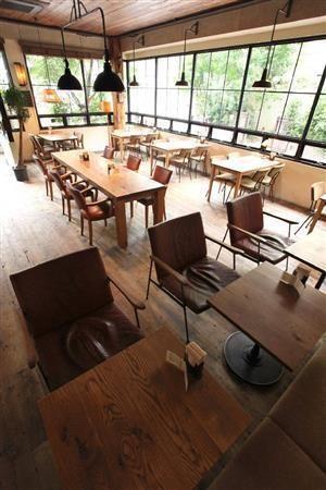 TRUCKの家具を実体験できる隣接するカフェ「Bird」の店内。※価格はすべて税別です=2014年6月16日、大阪市鶴見区(村本聡撮影)