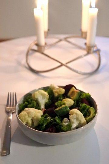 Sallad på grönkål, avokado, rötbetor och blomkål.