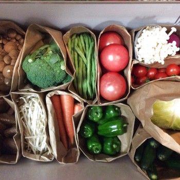 野菜の保存には紙袋もおすすめです。スペースに合わせて、大きさや形を変える事ができて便利♪袋を閉じる時には、野菜の名前を書いた木製クリップで留めると見やすくなります。