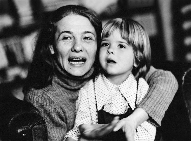 Törőcsik Mari (Pély, 1935. november 23. –) a Nemzet Színésze és a Nemzet Művésze címmel kitüntetett, kétszeres Kossuth-, kétszeres Jászai Mari- és Balázs Béla-díjas magyar színművésznő, érdemes és kiváló művész. A Halhatatlanok Társulatának örökös tagja. Törőcsik Mari a valaha legtöbbet díjazott magyar színésznő. Azon kevesek egyike, akik díjat nyertek a cannes-i fesztiválon is.
