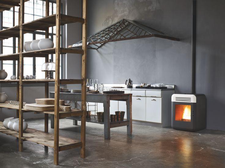 THEMA la stufa a pellet di MCZ  piccola e versatile in ogni angolo della casa!  THEMA di MCZ (novità 2013) è la stufa a pellet dall'altezza ridotta (80 cm) che dispone scarico fumi superiore per un recupero del focolare esistente e con la  fiamma a pellet larga e piacevole come quella del fuoco di legna. Dati tecnici di Thema: ha una potenza di 8 KW – 6880 kcal/h, un rendimento del 90,5% ed è disponibile in Black, White e Serpentino.