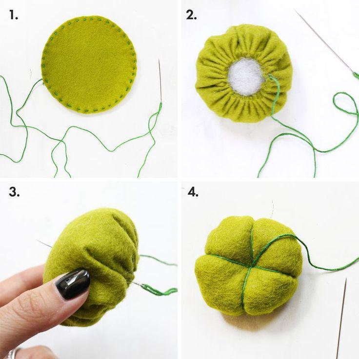 Aquí tienes el regalo perfecto para tu amiga la costurera. Esa que es tan apañada y de un trapo se hace una falda plisada. Un cactus que además de bonito sirve para clavar las agujas en él. Además ...