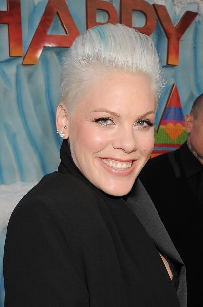 Auch Sängerin Pink setzt jetzt auf grau mit einer blauen Strähne.
