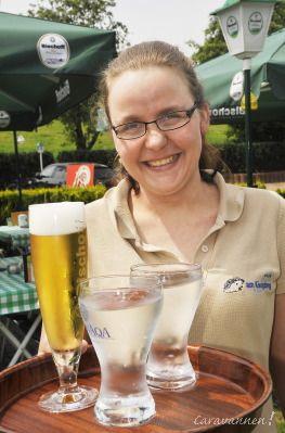 En op het terras serveert Nicole koele drankjes met een warme glimlach…