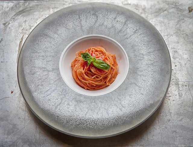 Gli spaghettini al pomodoro di Peppe Guida: preparati con pasta di Gragnano e Corbarino.