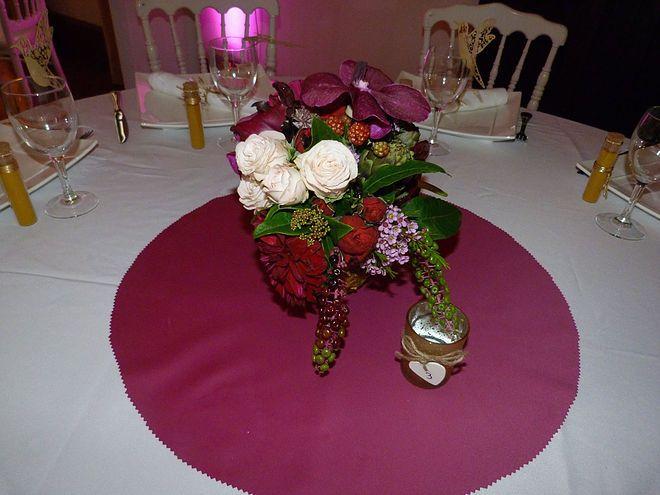 Mariage Afrikasia | La soirée _ centre de table _ composition florale réalisée par Drissia sur le thème marsala/tropicale et placé dans un ananas évidés !  | Crédit photo : www.TheGreatday.photo