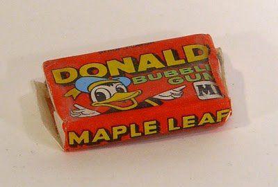 Donald Duck chewing gum, ook met blauw, groen of geel papiertje. En een stripje binnenin.