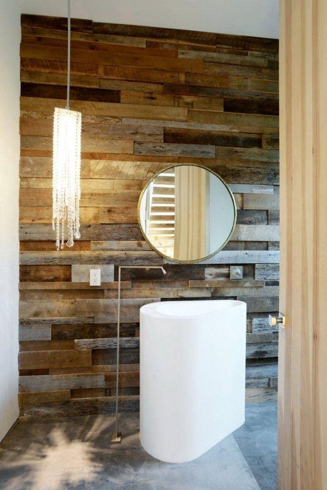 revêtement en bois et lavabo sur colonne dans la salle de bains