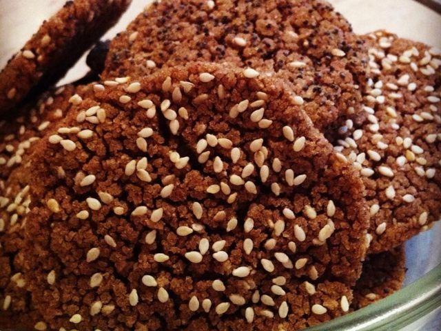 Continuam seria painicilor fara gluten, sanatoase sisuper delicioase, care pot fi preparate atat raw (fara foc), cat si la cuptorul aragazului. De data aceast