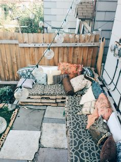 using pallets, create a long lounge with cushions and various pillows to use for nice afternoon naps or reading