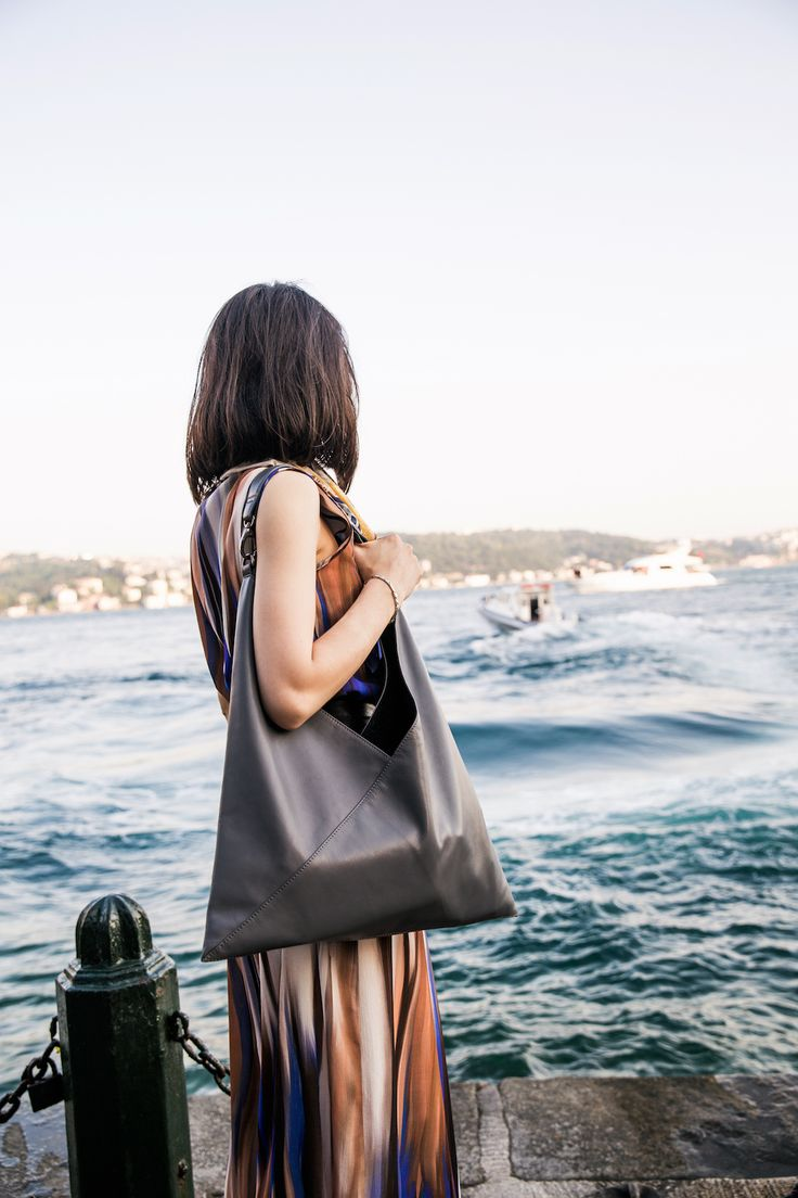As a sought-after concert pianist, Alice Sara Ott travels the globe – and now we are proud to introduce to you our comprehensive special travel edition we designed together with her. The carefully crafted collaboration has the right bag for any occasion. #alicesaraott #alicesaraottxjost #travel #classicalmusic #piano #bag #bags