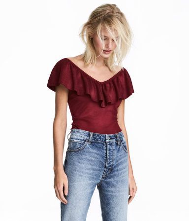 Burgundy. Top in a soft, fine knit. V-neck at front and back with wide ruffle.