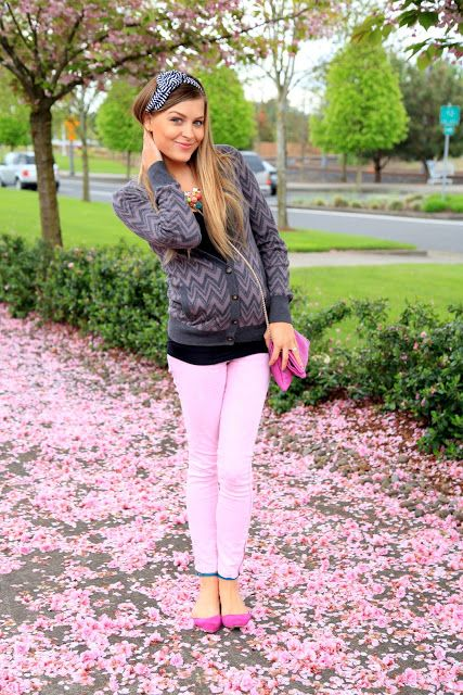 Not your typical maternity clothes, but that's exactly why I heart this outfit. The pink pants and shoes are like the icing on the cake. :)