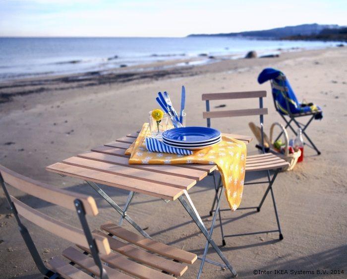 Pentru că se pliază, masa și scaunele de acasă vă pot însoți pentru o cină pe malul mării www.IKEA.ro/masa_si_scaune_TARNO