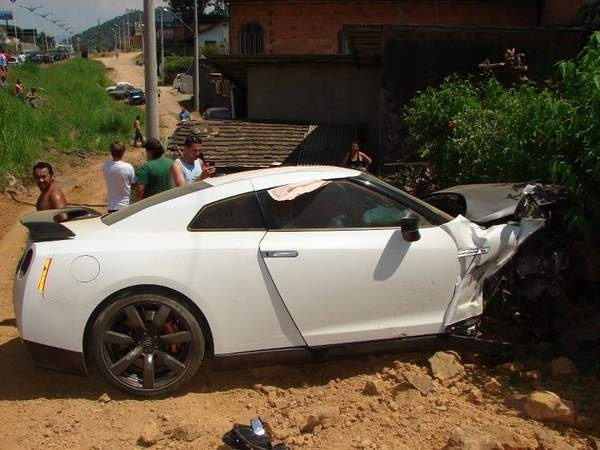 Fast cars and crashes are inseparable. The most recent episode took place in Brazil when a Nissan GT-R Sports Car rammed the rear end of a Volkswagen Polo Sedan and ended up in a ditch.