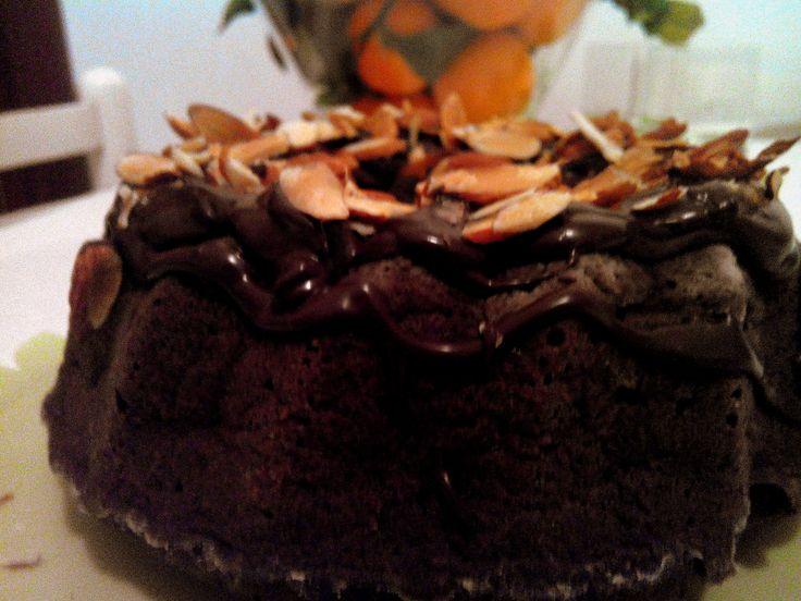 Domenica vuol dire dolci La Torta al cioccolato con glassa fondente e mandorle !