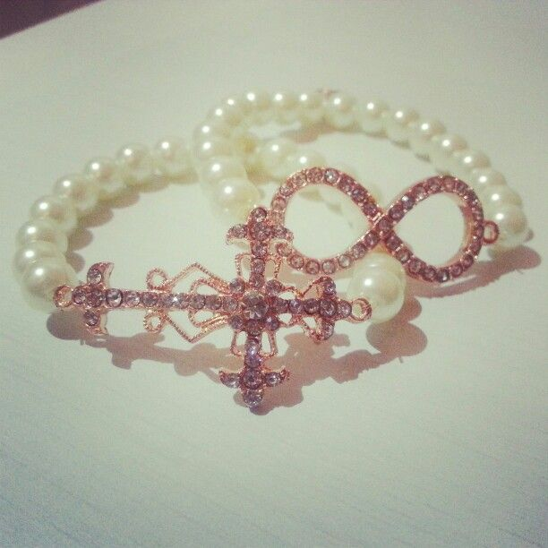 Braclet with white pearls and rosegold cross and infinity