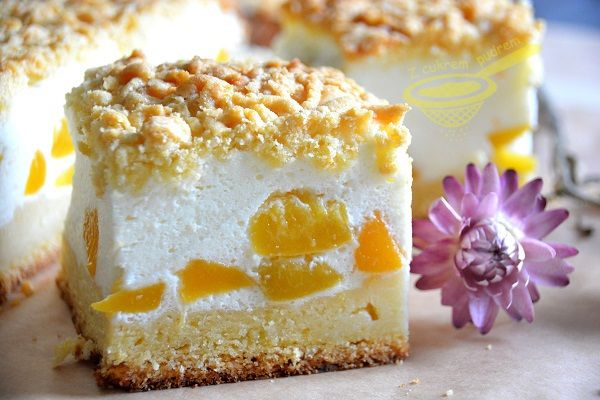 z cukrem pudrem: sernik z jogurtów greckich z brzoskwiniami