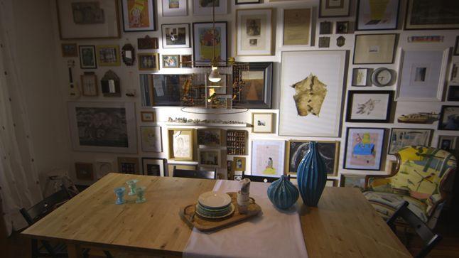 Les murs remplis de cadres de cette magnifique salle à manger sont sans contredit un puissant symbole du style éclectique.