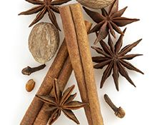 """""""Yrttimetsä"""" Tulen loimu Mikä ihana lämpö! Täyteläiset mausteet, palavan puun aromit ja häivähdys myskiä tarjoavat täydellisen nautinnon."""