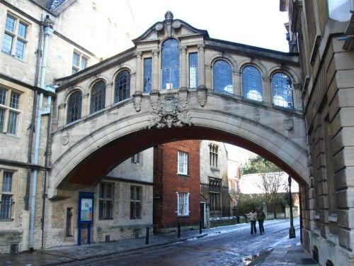 Puente de los Suspiros (Bridge of Sighs). Su nombre viene del supuesto parecido con el verdadero puente de los suspiros de Venecia. Fue terminado en 1914 para unir dos edificios del Hertford College.