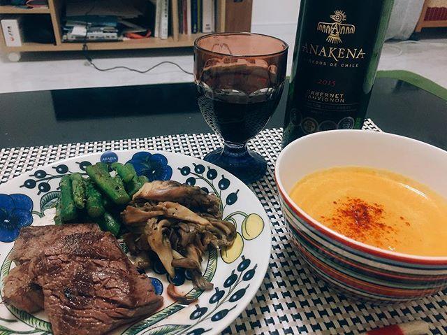 #dinner #夕食 #晩ご飯 #晩ごはん #夕ご飯 #夕ごはん #Japanesefood #foodstagram  #instafood #おうちごはん #食器 #うつわ #器 #ステーキ #ワイン #赤ワイン #wine #vino #arabia #iittala #paratiisi #パラティッシ #肉 平日は飲まないはずなのに……家にお酒が残ってたから……