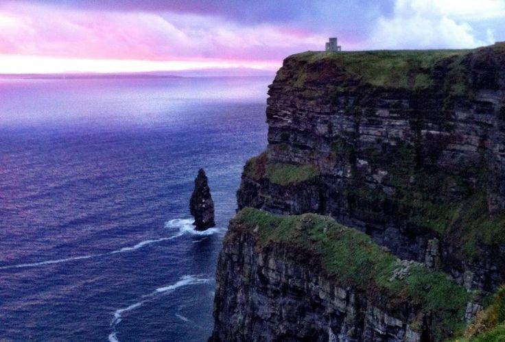 今週の #フライデーポストカード は、 #アイルランド で最も雄大な自然観光の名所、モハーの断崖です。自然が生み出した厳しくも美しい風景は、一度見たら忘れられないでしょう。 http://clubtravelerjapan.com/plan-your-trip/visit-cliffs-moher-county-clare-ireland