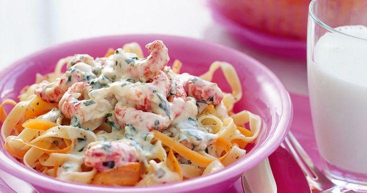 Färgglada morotsslingor blandar sig väl med pastan. Kräftorna ger underbar sälta!