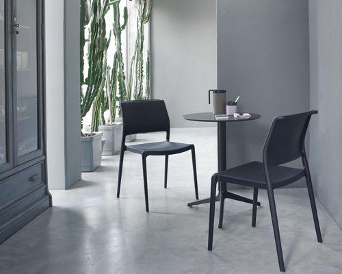 Sedia bar Ara stampata in polipropilene caricato con fibra di vetro, impilabile e adatta sia indoor che outdoor. Sedia leggera, elegante e robusta.