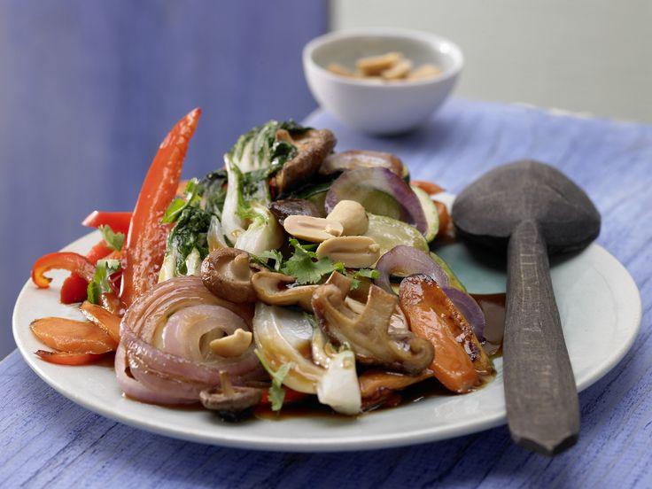 Süßsaures Asia-Gemüse mit Koriander und Erdnüssen