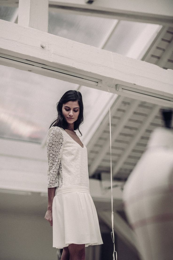 Jolie allure rétro pour cette robe en crêpe de Chine et dentelle de Calais ! Très élégante avec sa basque plissée à porter taille basse, et vertigineuse avec son décolleté dos tout en transparence!Fabriquée à Paris, dans notre atelier showroom du Xème arrondissement.