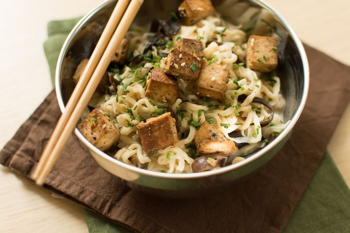 Nouilles coco au tofu mariné, champignons noirs et shiitakés
