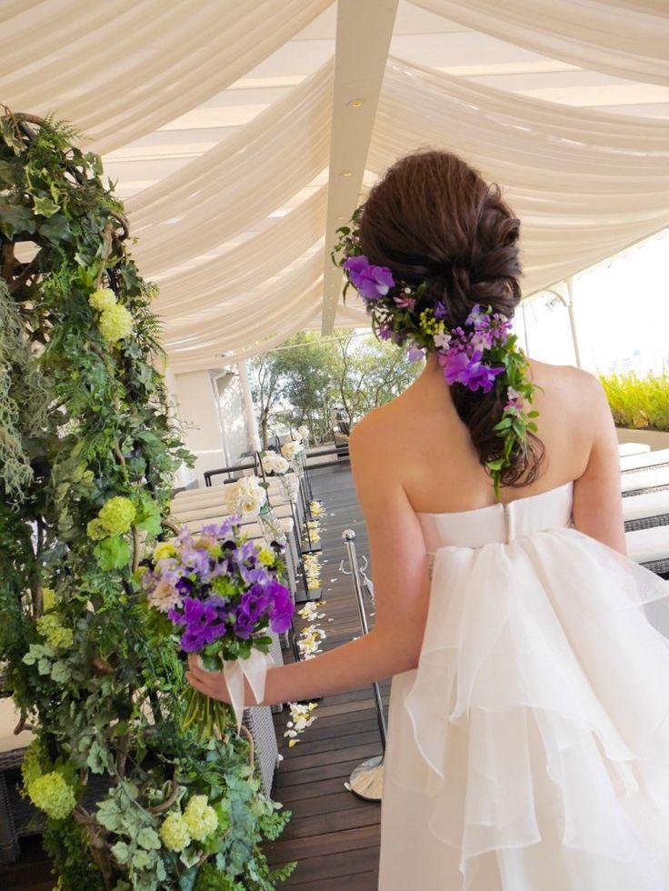 鮮やかなパープルが素敵!ブーケとリンクさせて♪ ウェディングドレス・カラードレスに合う〜ラプンツェルみたいな花嫁衣装の髪型一覧〜