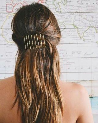 Uma versão descolada da famosa faixa de grampos de quando você faz touca. | 15 penteados simples com grampos para te inspirar